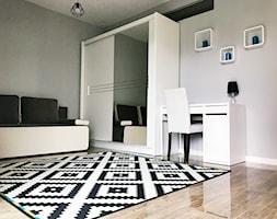 Amsterdam - Wrocław - Duże białe biuro kącik do pracy w pokoju, styl skandynawski - zdjęcie od zrobsobieraj