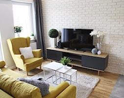 Kępa Mieszczańska Wrocław - Mały biały salon z tarasem / balkonem, styl skandynawski - zdjęcie od zrobsobieraj