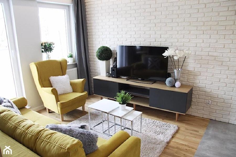 Kępa Mieszczańska Wrocław - Mały biały salon z tarasem / balkonem, styl skandynawski - zdjęcie od ZRÓB SOBIE RAJ