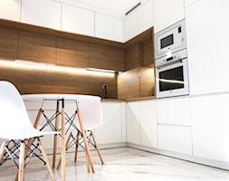 Biała kuchnia z drewnem - zdjęcie od ZRÓB SOBIE RAJ - Homebook