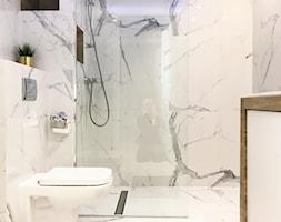 Łazienka marmurowa z drewnem - zdjęcie od ZRÓB SOBIE RAJ - Homebook