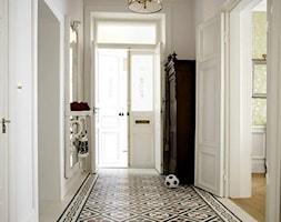 Duży biały hol / przedpokój, styl nowoczesny - zdjęcie od Dekoridum - Homebook