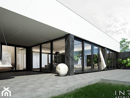 Aranżacje wnętrz - Taras: Chyby | dom | 300m2 - Taras, styl minimalistyczny - INTO architekci. Przeglądaj, dodawaj i zapisuj najlepsze zdjęcia, pomysły i inspiracje designerskie. W bazie mamy już prawie milion fotografii!