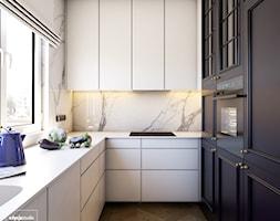 Navy is the new black - Mała zamknięta wąska biała kuchnia w kształcie litery u z oknem, styl eklektyczny - zdjęcie od EDYCJA studio
