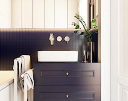 Navy is the new black - Mała beżowa łazienka w bloku w domu jednorodzinnym z oknem, styl klasyczny - zdjęcie od EDYCJA studio
