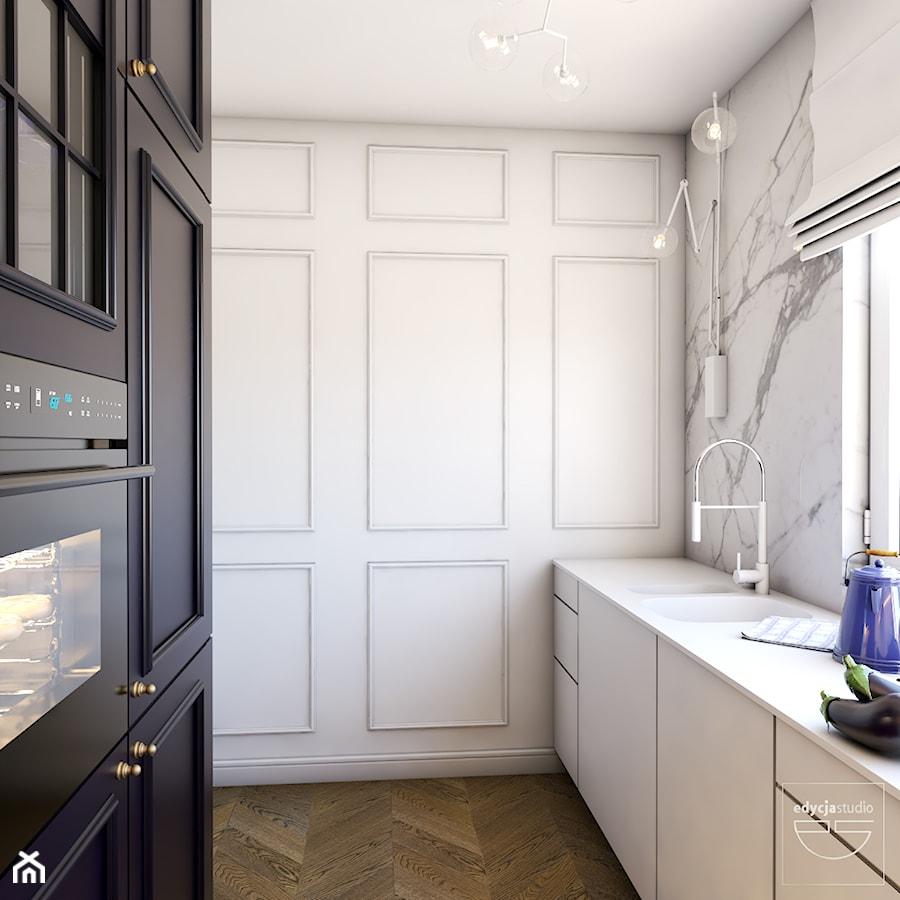 Navy is the new black - Mała zamknięta wąska biała kuchnia dwurzędowa z oknem, styl eklektyczny - zdjęcie od EDYCJA studio