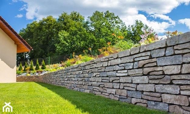 murek ogrodowy, murek w ogrodzie, elementy małej architektury