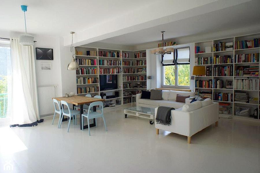 Mieszkanie Mokotów -> konkurs - Duży biały beżowy salon z bibiloteczką z jadalnią - zdjęcie od Progetto