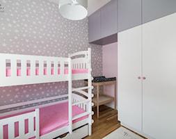 Funkcjonalne mieszkanie dla całej rodziny - Mały szary różowy pokój dziecka dla dziewczynki dla rodzeństwa dla malucha, styl glamour - zdjęcie od alinabadora.pl
