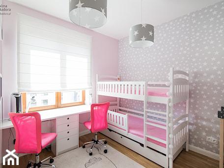 Funkcjonalne mieszkanie dla całej rodziny - Mały szary różowy pokój dziecka dla dziewczynki dla rodzeństwa dla ucznia dla malucha dla nastolatka, styl glamour - zdjęcie od alinabadora.pl