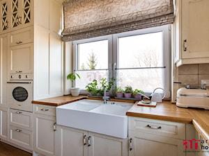 Kuchnia w stylu angielskim z kolekcji York - Średnia zamknięta szara kuchnia w kształcie litery l z oknem - zdjęcie od Arino House