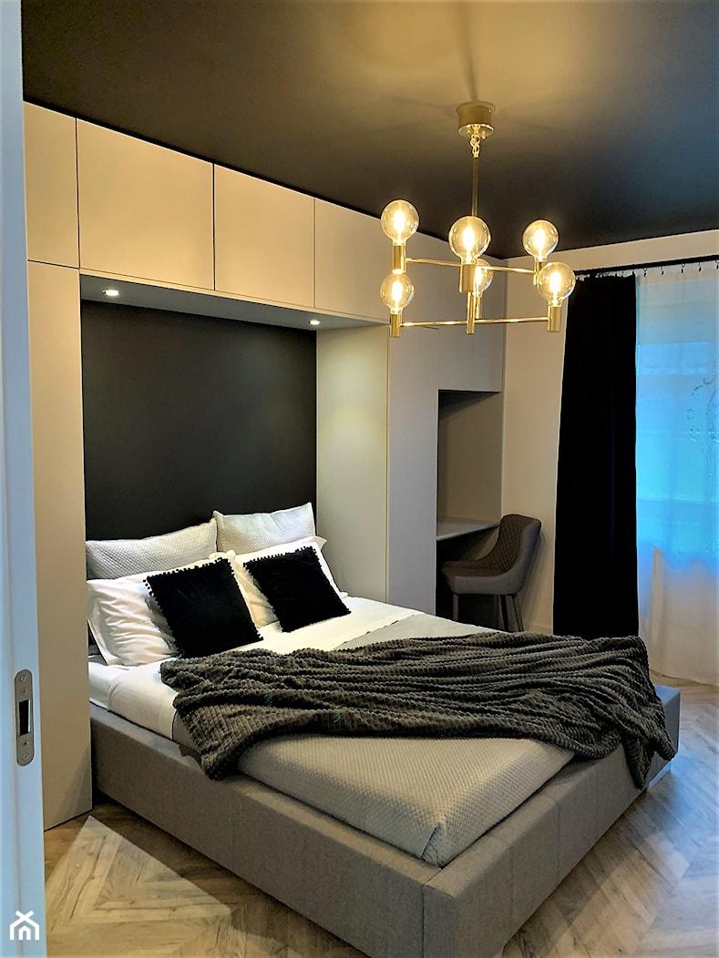 Domowe designerskie laboratorium. Realizacja projektu na wrocławskim Gaju - Średnia biała czarna sypialnia małżeńska, styl nowoczesny - zdjęcie od DekoDeko - Homebook