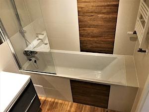 Realizacja projektu - Nowe Żerniki WUWA2 - łazienka - Mała beżowa łazienka na poddaszu w bloku w domu jednorodzinnym bez okna, styl nowoczesny - zdjęcie od DekoDeko