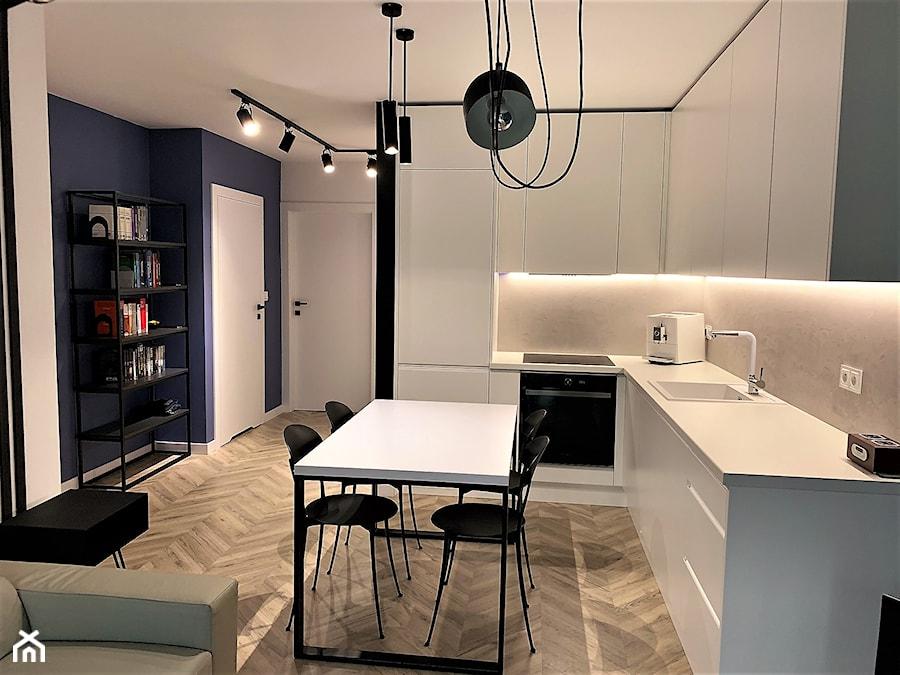 Domowe designerskie laboratorium. Realizacja projektu na wrocławskim Gaju - Średnia otwarta biała czarna kuchnia w kształcie litery l, styl nowoczesny - zdjęcie od DekoDeko