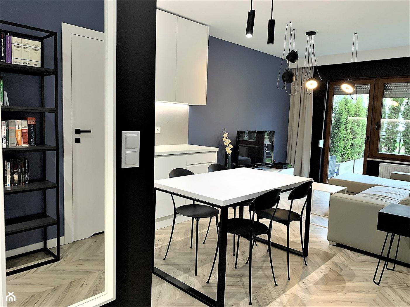 Domowe designerskie laboratorium. Realizacja projektu na wrocławskim Gaju - Mały niebieski czarny salon z kuchnią z jadalnią, styl nowoczesny - zdjęcie od DekoDeko - Homebook