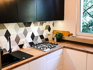 Realizacja kuchni w bloku z lat 80-tych - Mała zamknięta biała kuchnia w kształcie litery l z oknem, styl eklektyczny - zdjęcie od DekoDeko