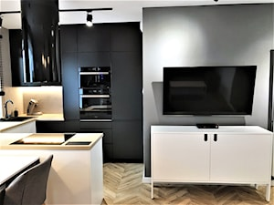 Mieszkanie z duszą w nowym bloku - realizacja projektu - Średnia otwarta biała szara kuchnia w kształcie litery g w aneksie z oknem, styl nowoczesny - zdjęcie od DekoDeko