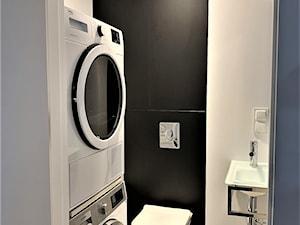 Domowe designerskie laboratorium. Realizacja projektu na wrocławskim Gaju - Mała czarna szara łazienka w bloku w domu jednorodzinnym bez okna, styl nowoczesny - zdjęcie od DekoDeko