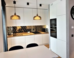 Niewielki dom na Maślicach - realizacja projektu - Średnia otwarta biała szara kuchnia w kształcie litery l z oknem, styl nowoczesny - zdjęcie od DekoDeko