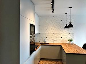Realizacja - kuchnia na Nowych Żernikach - Mała otwarta biała kuchnia w kształcie litery u w aneksie, styl nowoczesny - zdjęcie od DekoDeko