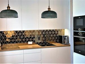 Niewielki dom na Maślicach - realizacja projektu - Mała zamknięta czarna kuchnia w kształcie litery l, styl nowoczesny - zdjęcie od DekoDeko