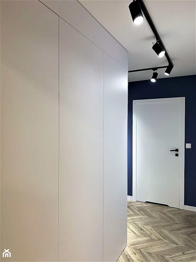Domowe designerskie laboratorium. Realizacja projektu na wrocławskim Gaju - Średni czarny hol / przedpokój, styl nowoczesny - zdjęcie od DekoDeko - Homebook