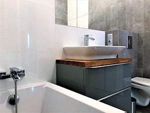 Prealizacja projektu łazienki na Kozanowie - Mała biała czarna łazienka na poddaszu w bloku w domu jednorodzinnym bez okna, styl nowoczesny - zdjęcie od DekoDeko