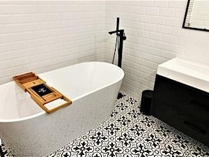Elegancki industrial z hiszpańskim temperamentem - realizacja projektu - Mała biała łazienka w bloku w domu jednorodzinnym bez okna, styl nowoczesny - zdjęcie od DekoDeko