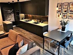 Przytulna elegancja - realizacja projektu salonu z kuchnią na Lipie Piotrowskiej - Mała biała kuchnia jednorzędowa w aneksie z wyspą, styl nowoczesny - zdjęcie od DekoDeko