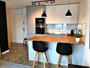 Realizacja - kuchnia na Nowych Żernikach - Mała biała kuchnia w kształcie litery u w aneksie z wyspą, styl nowoczesny - zdjęcie od DekoDeko