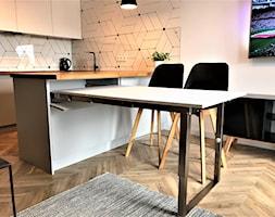 Realizacja - kuchnia na Nowych Żernikach - Mała biała kuchnia w kształcie litery u w aneksie z wyspą, styl nowoczesny - zdjęcie od DekoDeko - Homebook