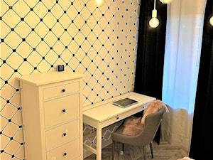 2 sypialnie – realizacja projektu 4 pok. na Gaju - Średni biały czarny pokój dziecka dla dziewczynki dla ucznia dla nastolatka, styl rustykalny - zdjęcie od DekoDeko