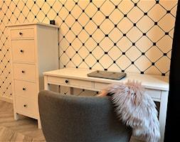 2 sypialnie – realizacja projektu 4 pok. na Gaju - Mały biały czarny pokój dziecka dla dziewczynki dla ucznia dla nastolatka, styl rustykalny - zdjęcie od DekoDeko