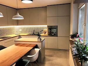 Kuchnia z roślinną tapetą i wielkim stołem - realizacja projektu - Duża zamknięta biała czarna kuchnia w kształcie litery l z wyspą z oknem, styl nowoczesny - zdjęcie od DekoDeko