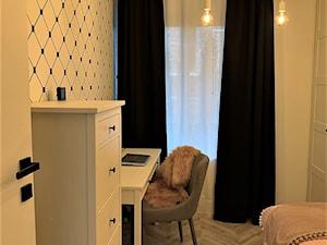 Domowe designerskie laboratorium. Realizacja projektu na wrocławskim Gaju - Mały biały pokój dziecka dla chłopca dla dziewczynki dla ucznia dla nastolatka, styl eklektyczny - zdjęcie od DekoDeko