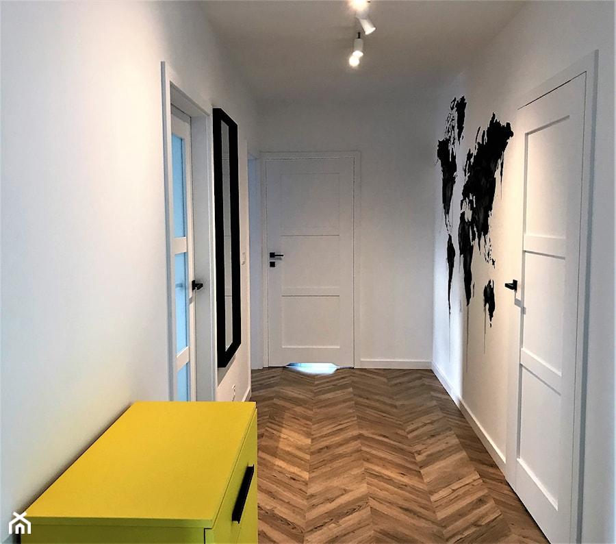 Realizacja - z perspektywy przedpokoju - Mały biały hol / przedpokój, styl skandynawski - zdjęcie od DekoDeko