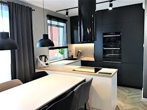 Mieszkanie z duszą w nowym bloku - realizacja projektu - Średnia otwarta biała szara kuchnia w kształcie litery u w aneksie z oknem, styl nowoczesny - zdjęcie od DekoDeko