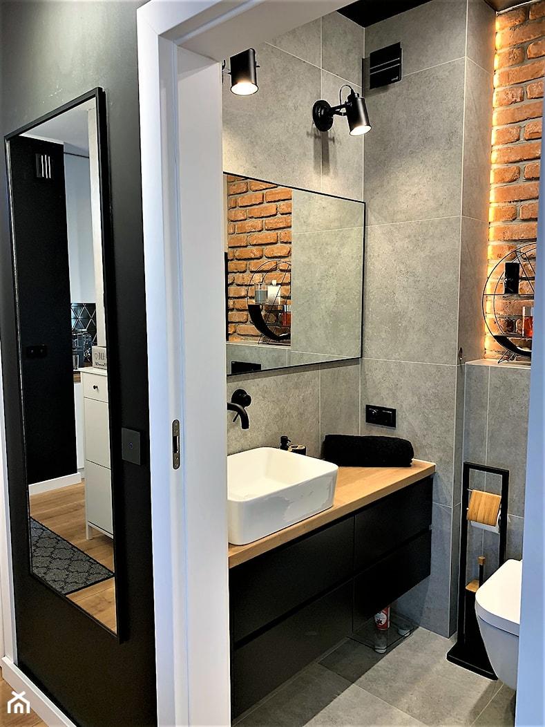 Jego industrialna łazienka - realizacja domu na Maślicach - Mała szara łazienka w bloku w domu jednorodzinnym bez okna, styl industrialny - zdjęcie od DekoDeko - Homebook