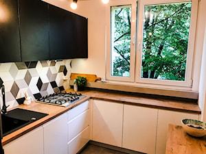 Realizacja kuchni w bloku z lat 80-tych - Mała beżowa kuchnia w kształcie litery l z oknem, styl eklektyczny - zdjęcie od DekoDeko