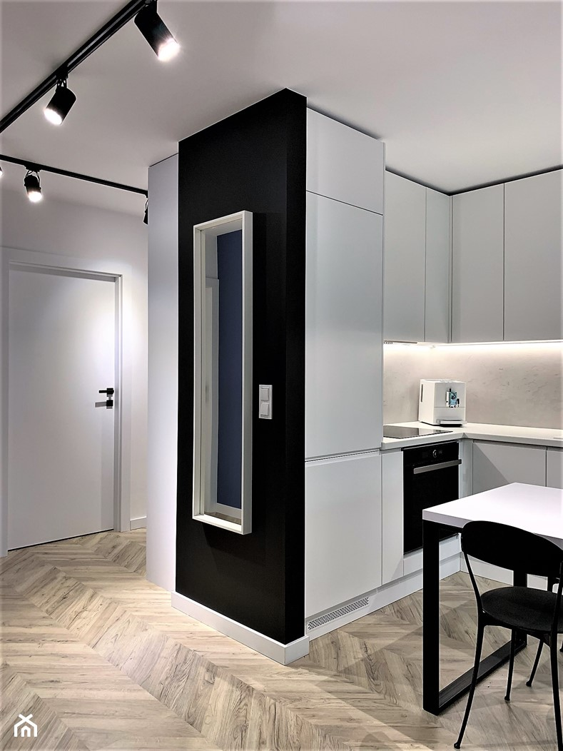 Domowe designerskie laboratorium. Realizacja projektu na wrocławskim Gaju - Średni biały czarny hol / przedpokój, styl nowoczesny - zdjęcie od DekoDeko - Homebook