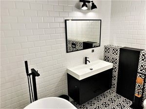 Elegancki industrial z hiszpańskim temperamentem - realizacja projektu - Mała biała czarna łazienka w bloku w domu jednorodzinnym bez okna, styl nowoczesny - zdjęcie od DekoDeko