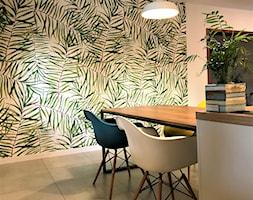 Kuchnia z roślinną tapetą i wielkim stołem - realizacja projektu - Średnia otwarta biała kolorowa jadalnia, styl nowoczesny - zdjęcie od DekoDeko