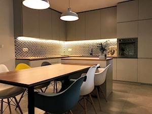 Kuchnia z roślinną tapetą i wielkim stołem - realizacja projektu - Duża otwarta biała czarna kuchnia w kształcie litery l z wyspą, styl nowoczesny - zdjęcie od DekoDeko