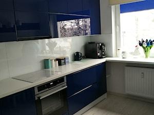Granatowa kuchnia na wysoki połysk - zdjęcie od LoveMyHome