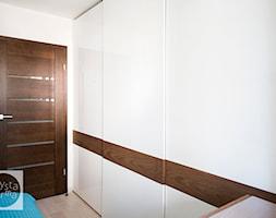 Metamorfoza - sypialnia 8,5m2 - Mała biała sypialnia małżeńska, styl skandynawski - zdjęcie od Czysta Forma - Homebook