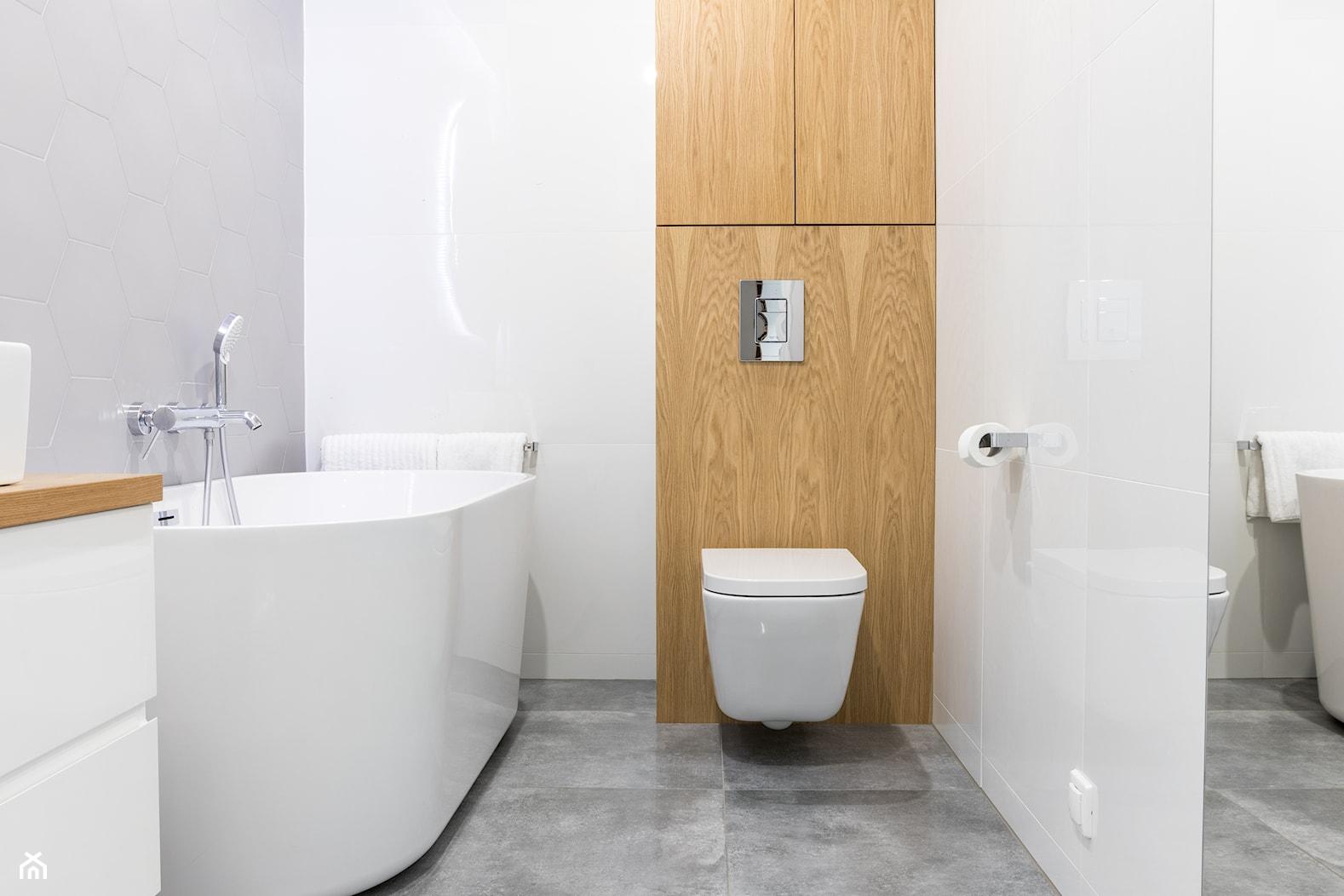 Mieszkanie w Skawinie | I - Mała biała szara łazienka w bloku w domu jednorodzinnym bez okna, styl nowoczesny - zdjęcie od STUDIO KUGO - Homebook