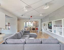 """Wnętrze """"Pod Napięciem"""" - Duży szary biały beżowy salon z bibiloteczką z kuchnią z jadalnią, styl nowoczesny - zdjęcie od 81.WAW.PL"""