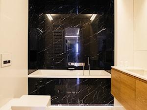 """Mieszkanie z """"ukrytym' gabinetem - Średnia biała czarna łazienka w bloku, styl minimalistyczny - zdjęcie od 81.WAW.PL"""