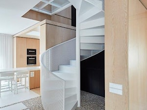 Biel i drewno w prostych formach - Schody, styl minimalistyczny - zdjęcie od 81.WAW.PL