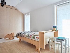 Biel i drewno w prostych formach - Średnia biała sypialnia na poddaszu, styl minimalistyczny - zdjęcie od 81.WAW.PL